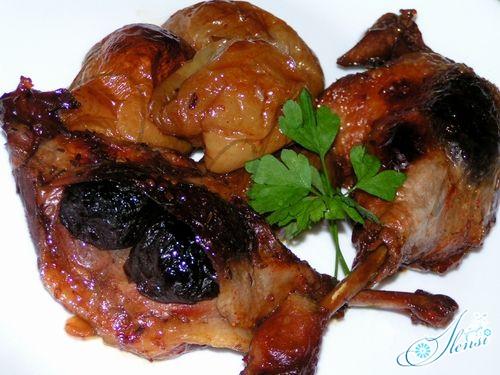 Тушеная утка с яблоками и черносливом