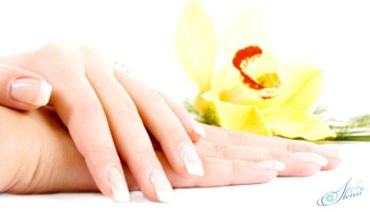 руки, маникюр и цветок