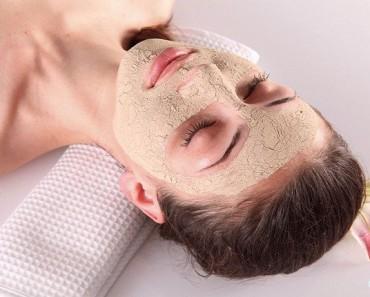 девушка с маской из дрожжей на лице