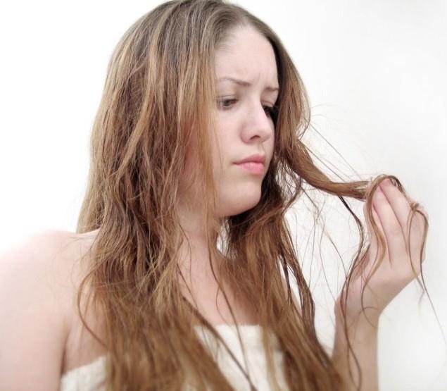 Девушка с поврежденными волосами