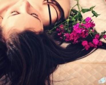 Брюнетка с цветами у головы