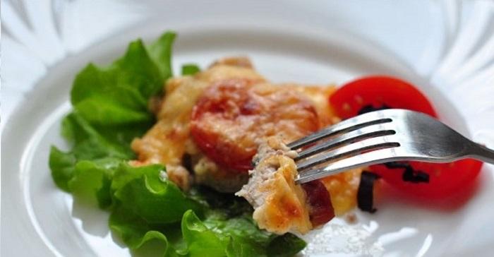 Мясо по-французски с листьями салата