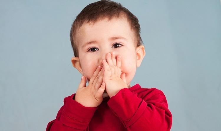 Малыш проглотил фруктовую косточку и прикрыл рот