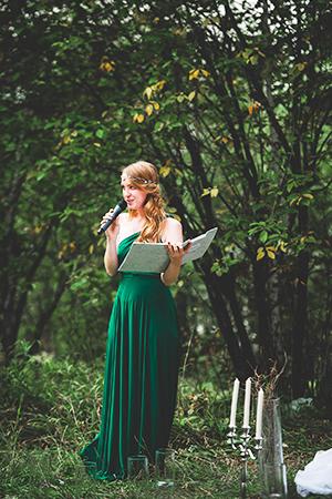 организатор свадеб Екатерина Карпенко на мероприятии у пруда