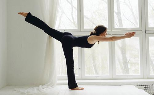 Ксения Дрожжина выполняет стойку-упражнение
