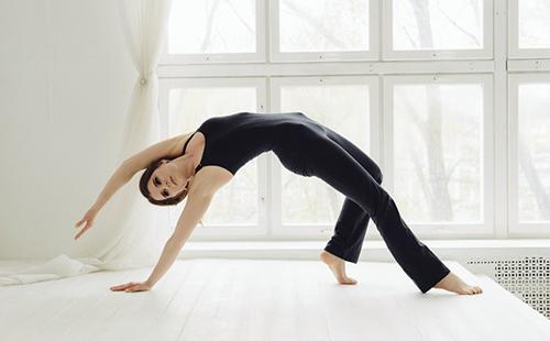 Ксения Дрожжина выполняет упражнения в зале