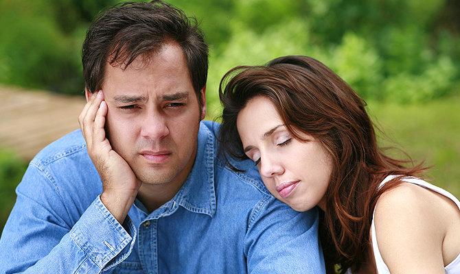 Грустный муж и жена на плече