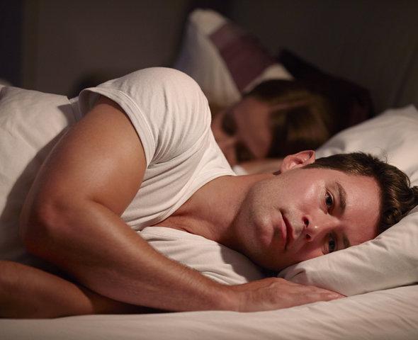 Муж переживает и не может заснуть