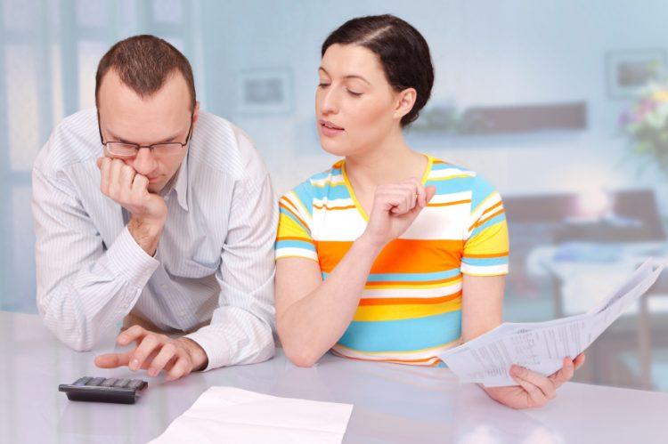 Супруга подглядывает расчеты доходов мужа