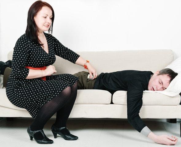 Жена рыскает по карманам мужа