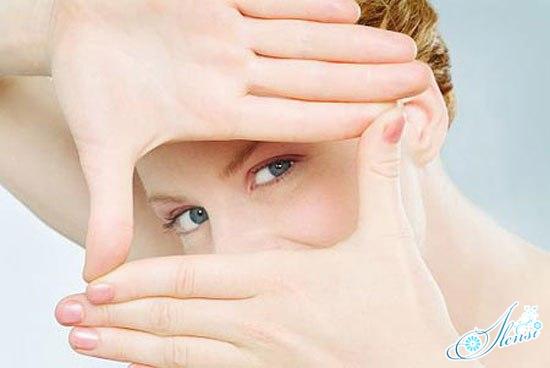 Девушка выделяет свой глаз