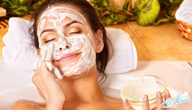 Питательная маска для лица у девушки