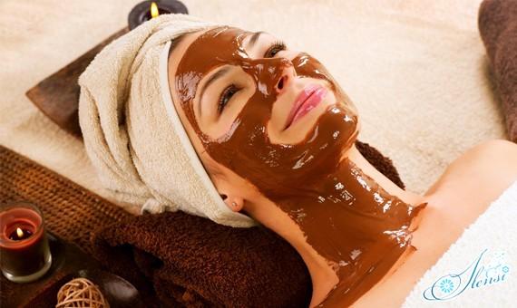 Шоколадная маска для лица у девушки на лице