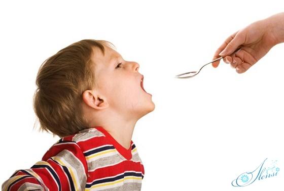 ребенок принимает гомеопатическое средство от кашля