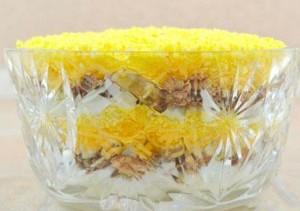 Конечный вид слоенного салата Мимоза
