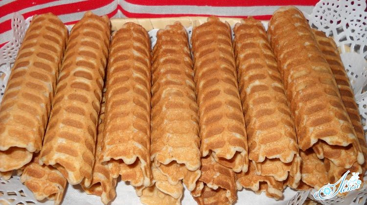 приготовленные вафли на тарелке