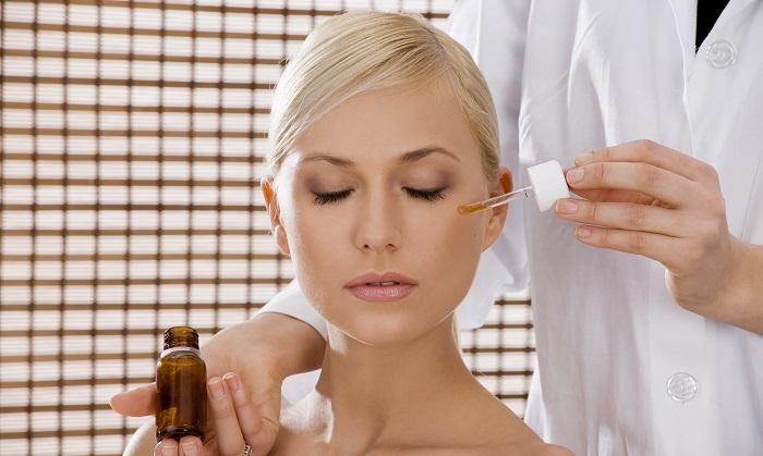 Нанесение кислоты на проблемные участки кожи