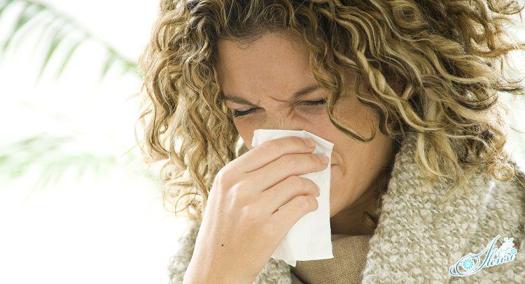 У девушки сухой кашель и насморк