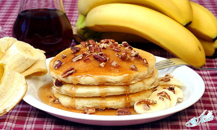 тарелка с оладьями и бананы