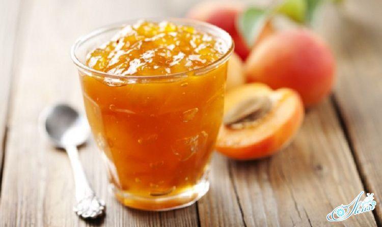 абрикосовое варенье в стакане