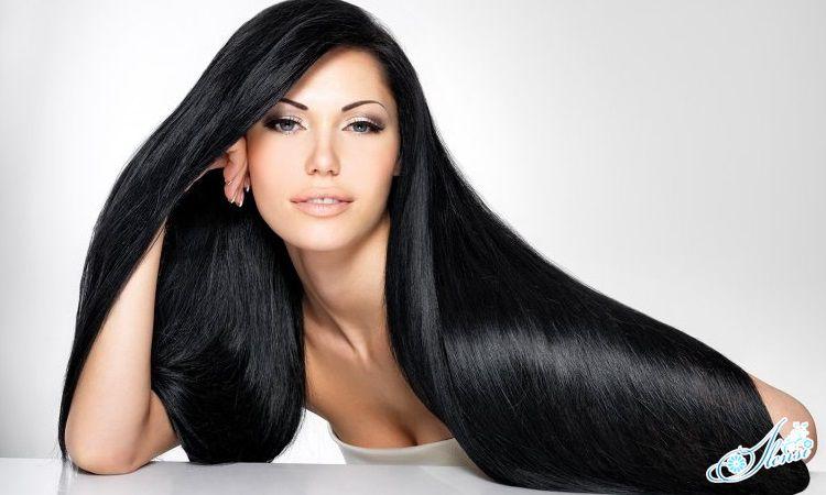Девушка демонстрирует красивые волосы