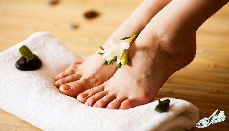 женские ноги на полотенце