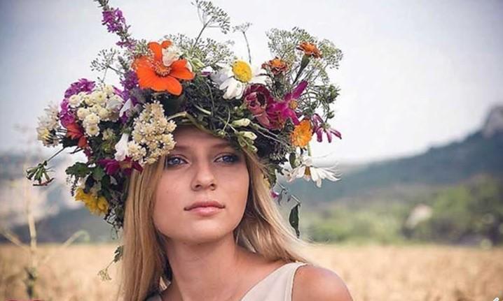 Девушка с венком из трав, цветов