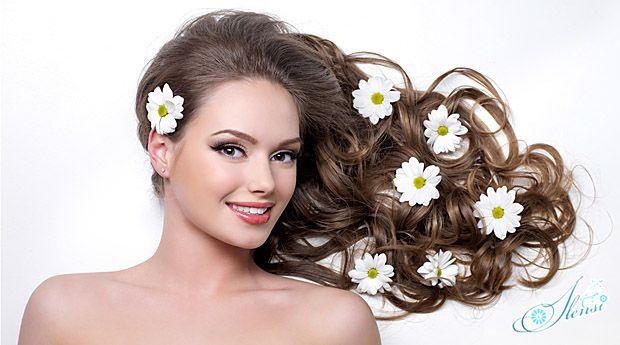 Ромашки в волосах девушки