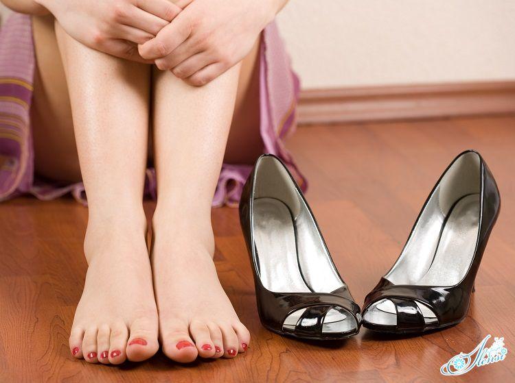 Ноги и туфли рядом