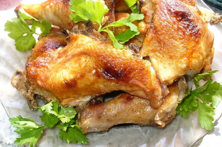 Курица с листьями салата