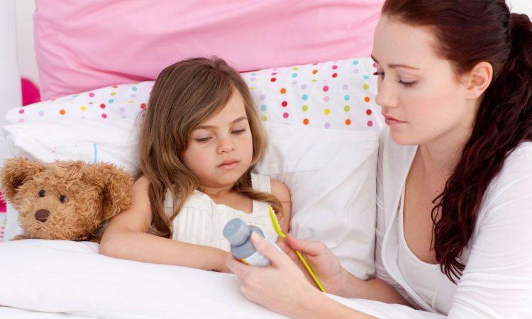 Мама дает лекарство ребенку во время ревматизма