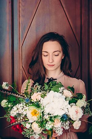 Наталья и потрясающий букет на фоне двери