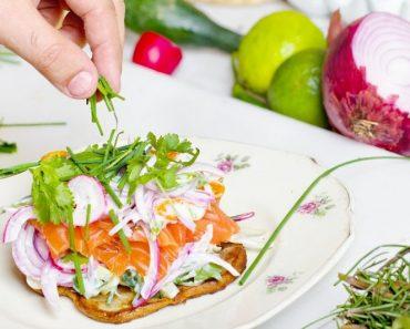 бутерброд с зеленью и рыбой