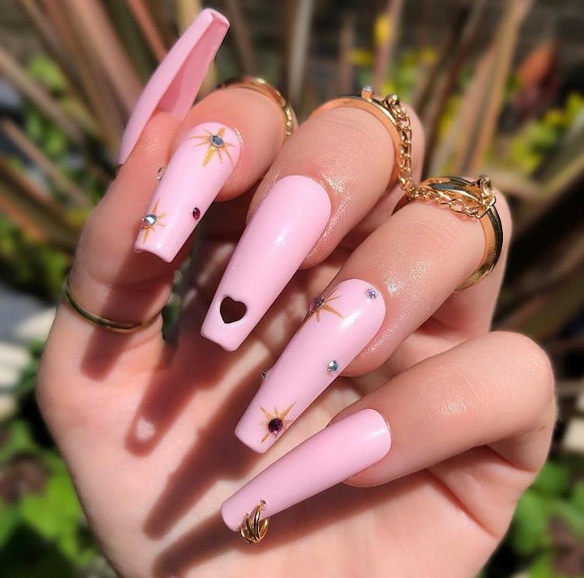 Необычные украшения для длинных ногтей